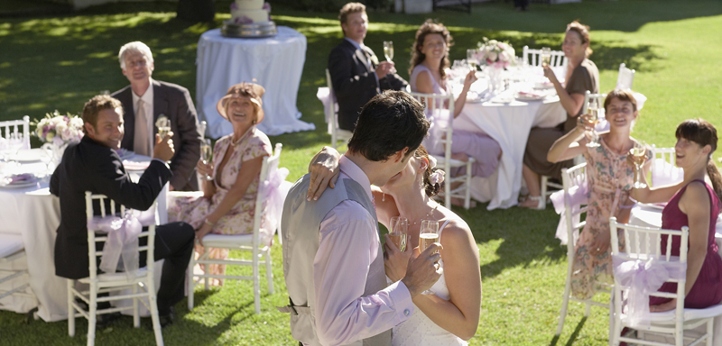 Outside-Wedding-Kiss